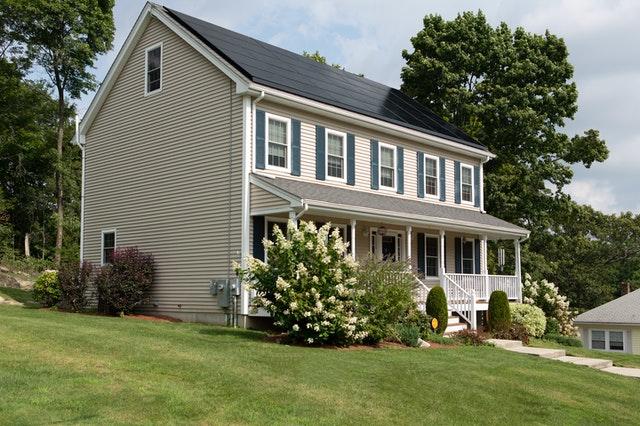 האם ניתן להתקין פאנלים סולאריים על גג בניין מגורים משותף?